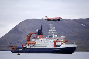 Polar 5 and Polarstern in Longyearbyen (Foto: Alfred-Wegener-Institut/Thomas Krumpen (CC-BY 4.0)