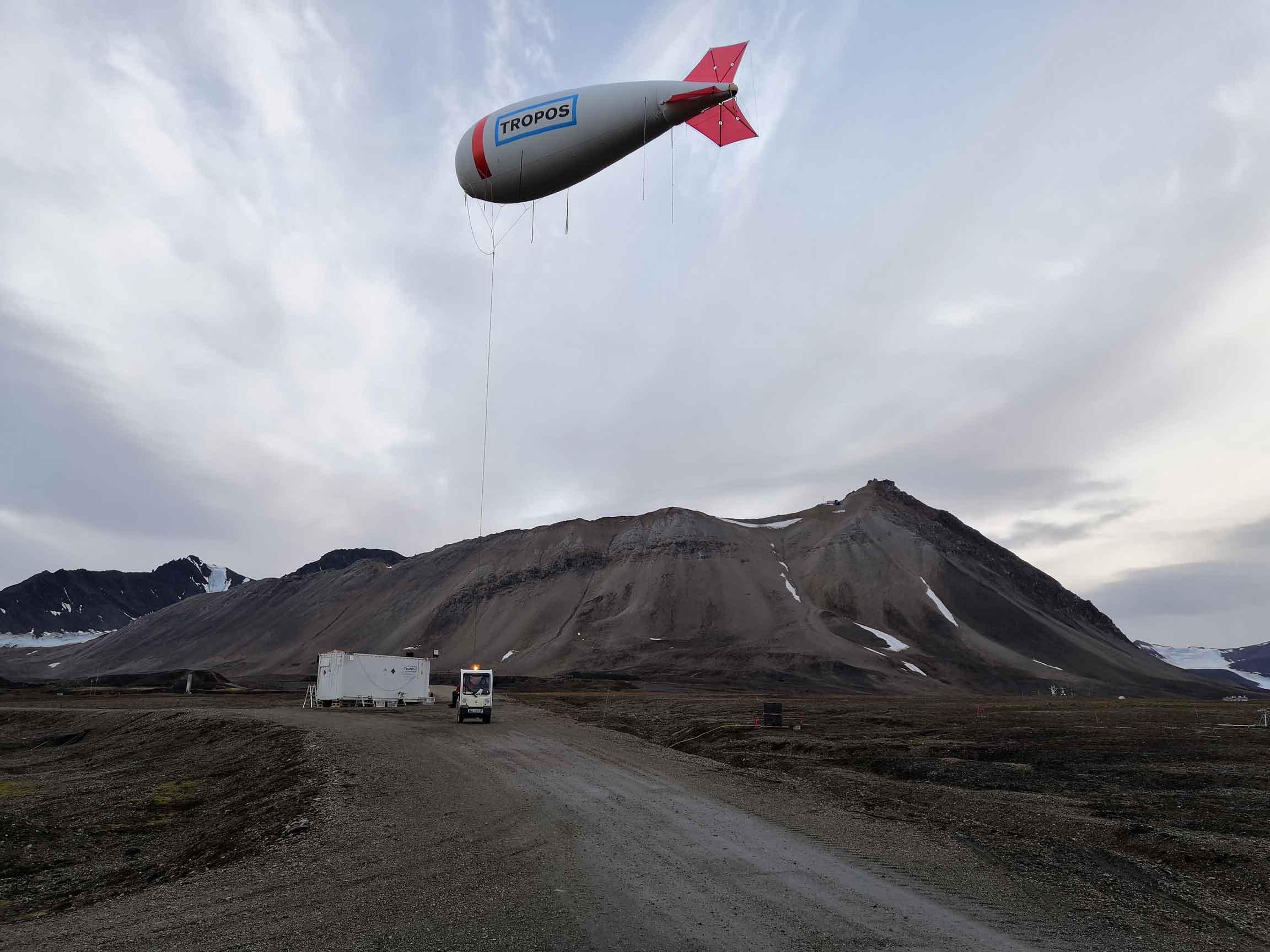 Balloon is prepared for the first measurement flight (Photo: Michael Lonardi, Uni Leipzig)