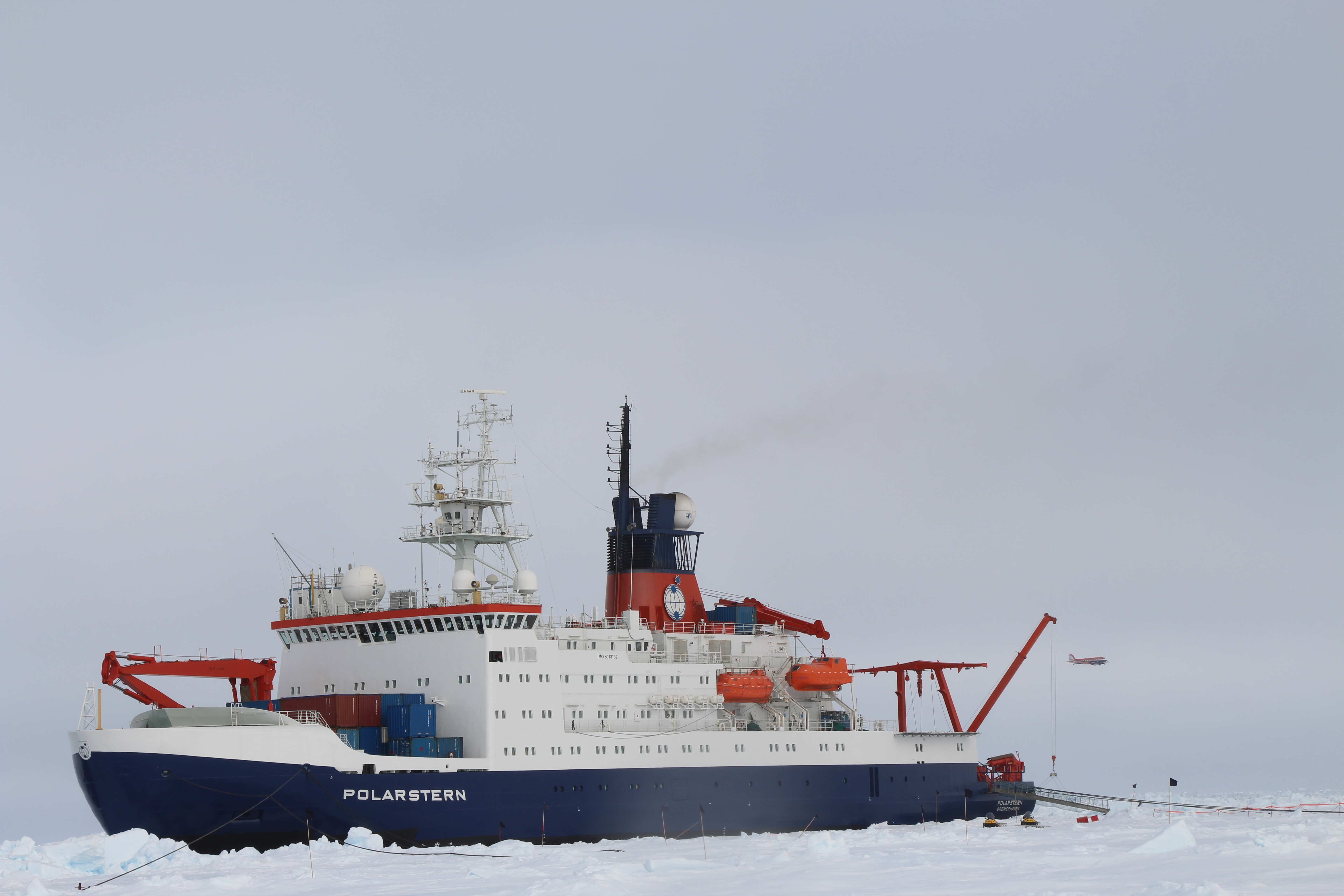 Polar 5 passing by Polarstern during PASCAL and ACLOUD.